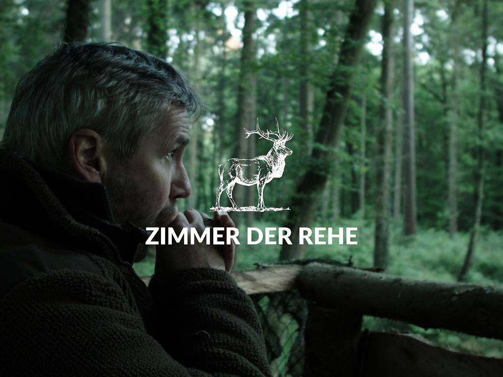 Lutz Schorn auf dem Hochsitz mit Logo des Films Zimmer der Rehe