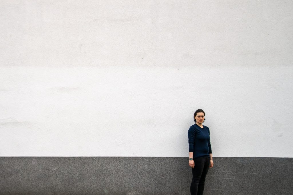 Vanessa steht vor einer Wand.
